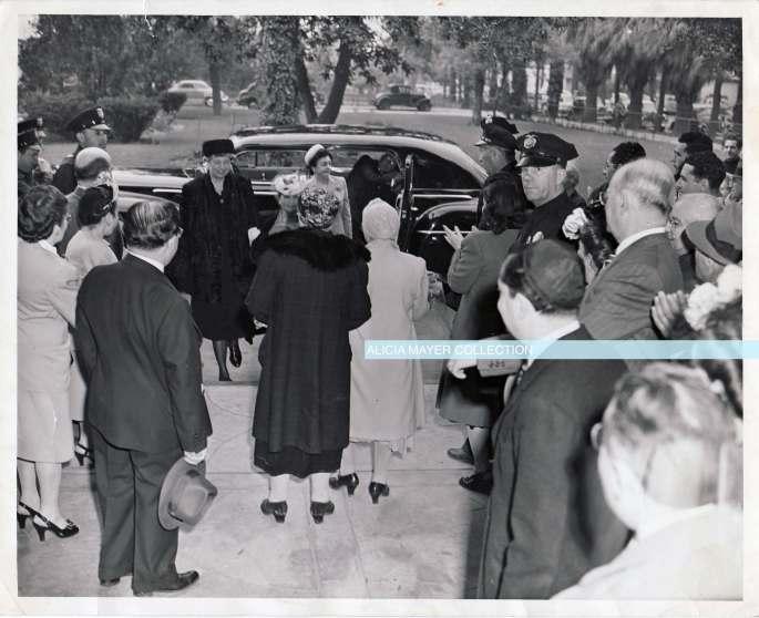 Ida greets Eleanor Roosevelt watermark